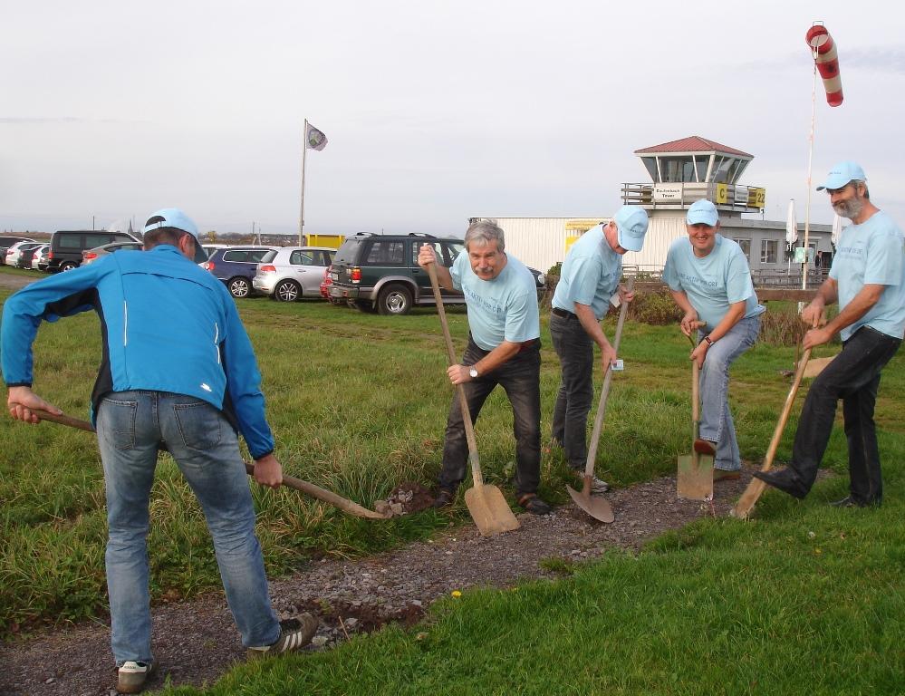 Hand in Hand arbeiten Projektleiter Roland Harles (RWE, Mitte) und Mitglieder der Ultraleicht-Fluggruppe (Martin Königshoven und Werner Karg links, Willi Pitzen und Bernd Noack rechts) (Bild: ULFG)