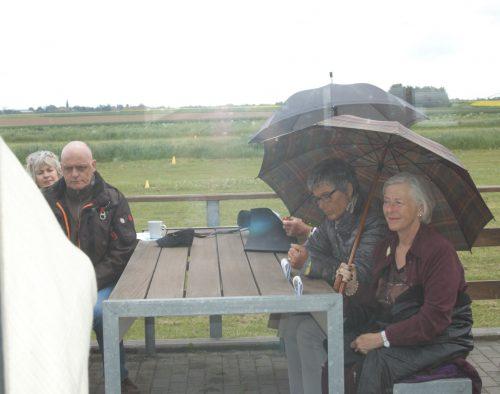 Bei einer Veranstaltung unter freiem Himmel kann ein Regenschirm nützlich sein